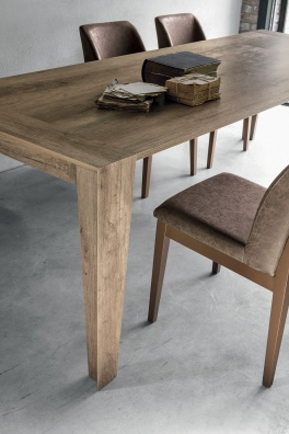 Levante dining table