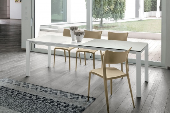 Sole dining table